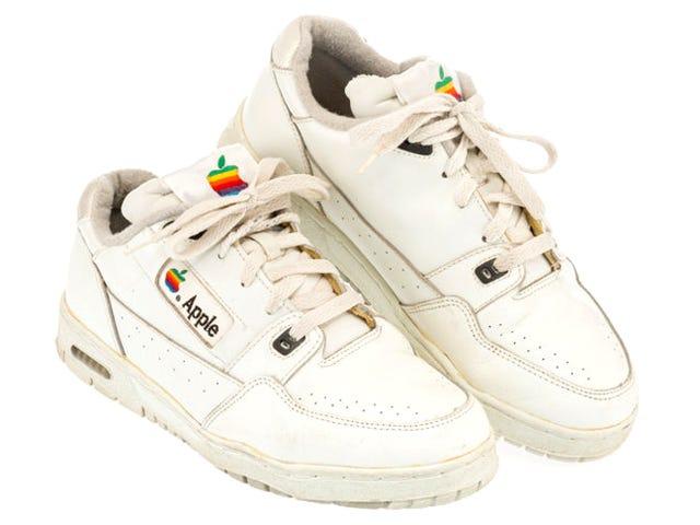 Một đôi giày thể thao mang nhãn hiệu Apple cổ điển vừa được bán với giá gần 10.000 USD