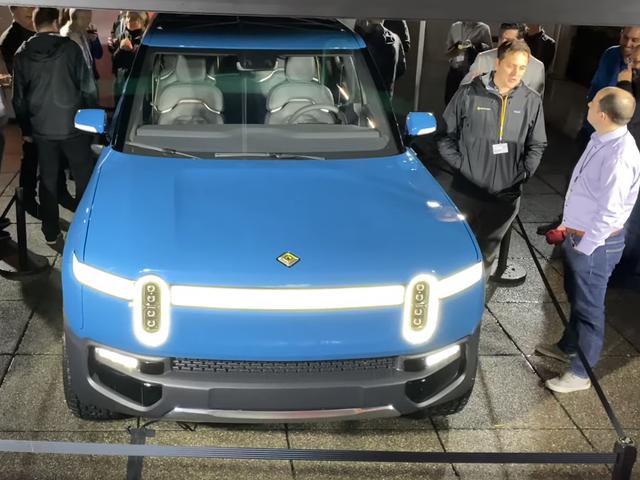 रिवियन आर 1 टी इलेक्ट्रिक पिकअप अपने नए नीले रंग में बहुत अच्छा लग रहा है