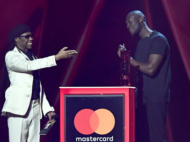 """<a href=https://trackrecord.net/here-are-all-the-2018-brit-awards-winners-1823225908&xid=25657,15700022,15700043,15700186,15700191,15700256,15700259,15700262 data-id="""""""" onclick=""""window.ga('send', 'event', 'Permalink page click', 'Permalink page click - post header', 'standard');"""">Oto zwycięzcy 2018 Brit Awards</a>"""