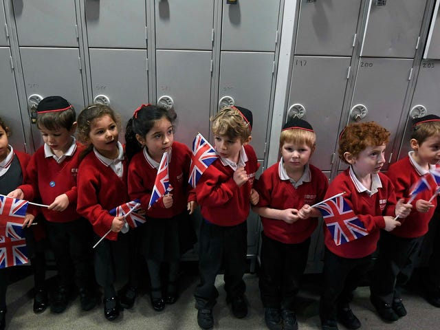 Le scuole in Inghilterra ora insegneranno ai bambini come praticare la consapevolezza