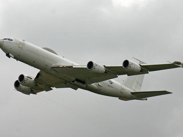 एक पक्षी शक्तिशाली अमेरिकी नौसेना बुध E-6B विमान को उतारता है।  परमाणु युद्ध के लिए बनाया