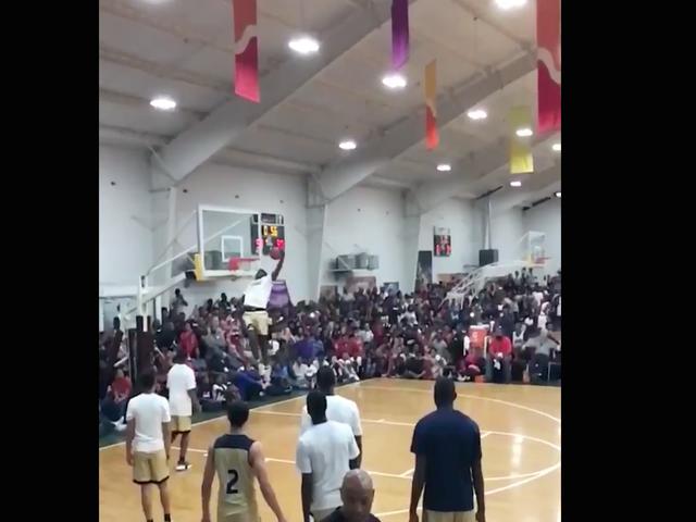 Баскетбольний підліток Сіон Вілльямсон продовжує оволодіти дурнем
