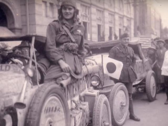 La prima donna a guidare intorno al mondo schiacciato banane per ingrassare il differenziale su un modello T