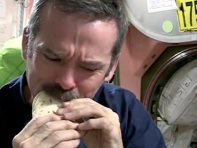 Mengapa angkasawan makan tortilla diterangkan dalam satu komik