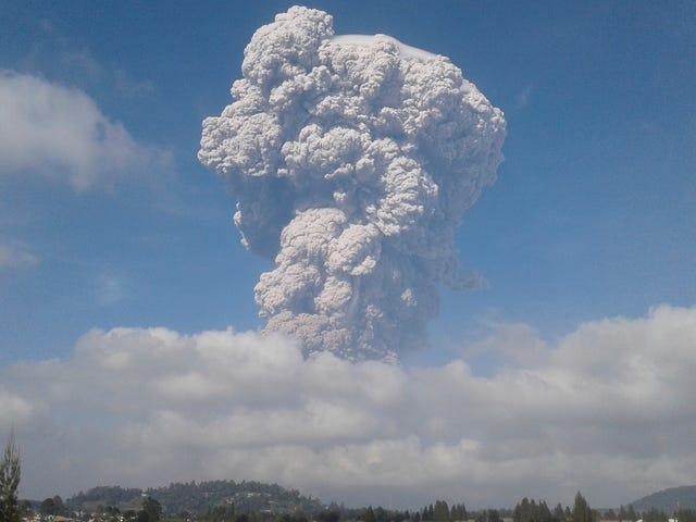 La erupción del Monte Sinabung y su impresionante nube de cenizas, en imágenes y vídeo