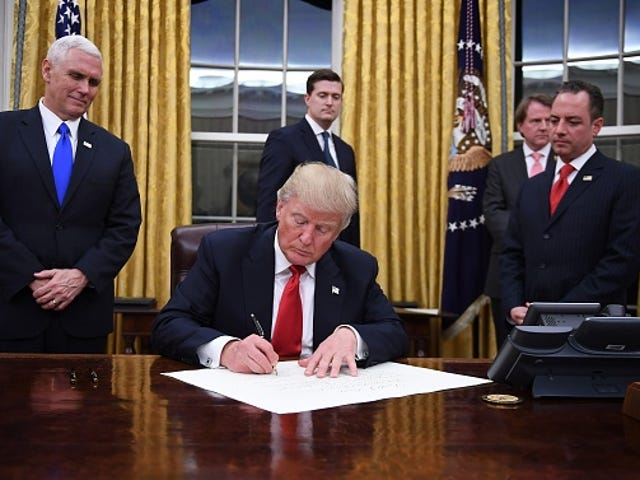 Le premier ordre exécutif de Trump sonne Death Knell pour Obamacare