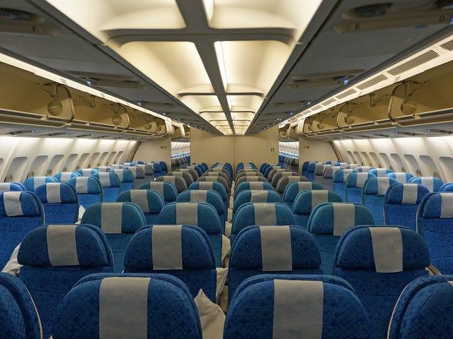 Este truco para sostener el móvil a la altura de los ojos en un avión es tan bueno que no se te olvidará nunca