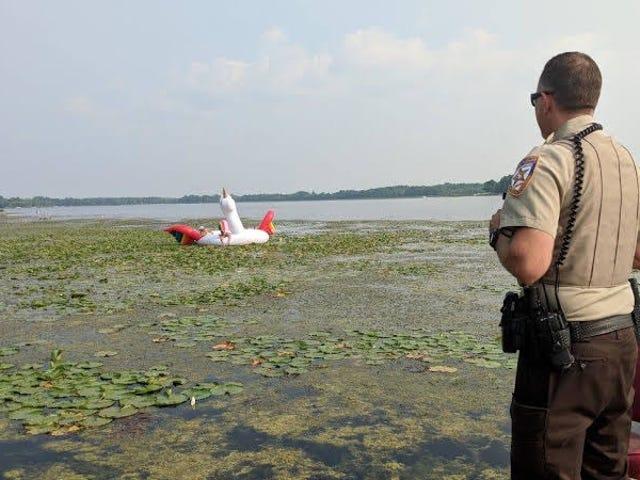 La policía rescata a cuatro mujeres que encallaron en un lago sobre un flotador de unicornio gigante