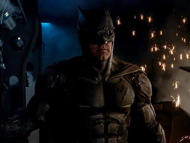 Casey Affleck는 분명히 그의 형제가 배트맨으로 돌아오고 있다고 생각하지 않습니다.