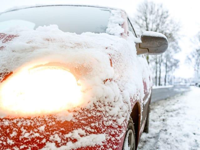 Dọn tuyết khỏi xe của bạn bằng máy thổi lá