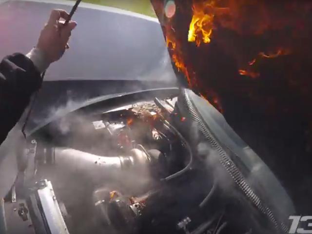 Παρακολουθήστε τον πιο ήρεμο άνθρωπο του κόσμου Slide Μια ιπποδύναμη Supra 1500 μέσω της γραμμής φινιρίσματος στην πυρκαγιά
