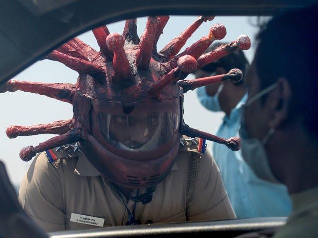 Cops tragen Covid-19-Helme, da die Realität während der Pandemie immer seltsamer wird