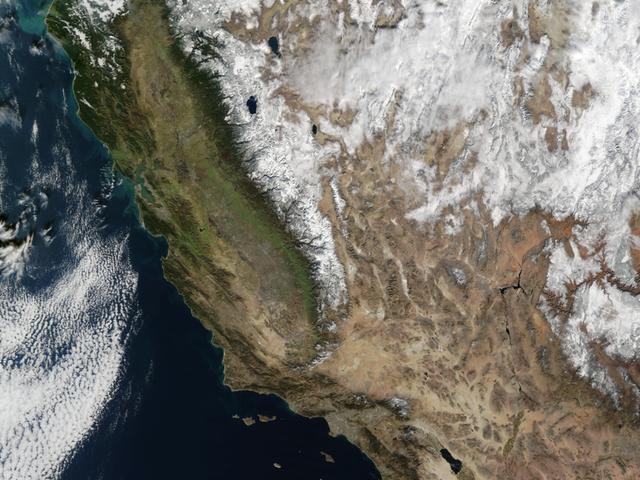 완전히 구름없는 캘리포니아의 사진이 스노우 팩의 반환을 시작합니다.