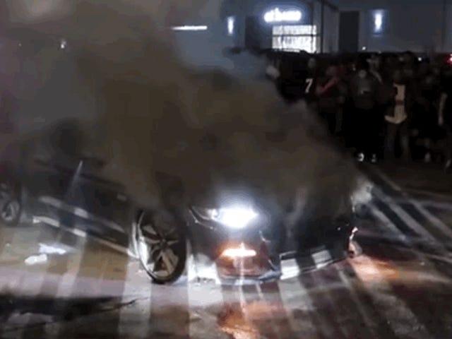 Ford Mustang GT estalla en llamas en Car Meet