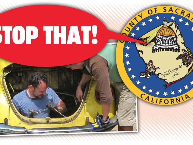 Округ Сакраменто считает незаконным работать на собственном автомобиле в собственном гараже