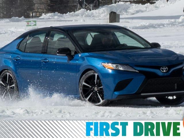 Toyota Camry AWD 2020 года хороша, но V6 - это то, что вам нужно