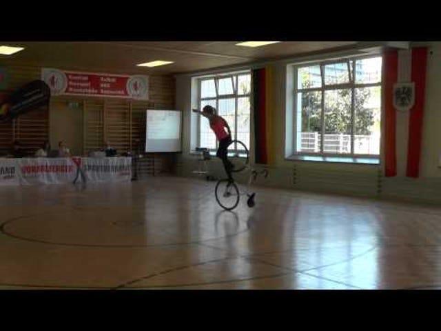 자전거를 타는 소녀
