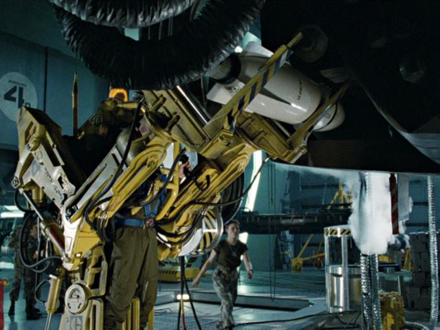 Amerykańska marynarka wojenna testuje egzoszkielet ładujący amunicję, tak jak u kosmitów