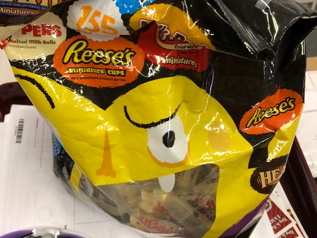 Når bossen bringer tilbage Halloween Candy
