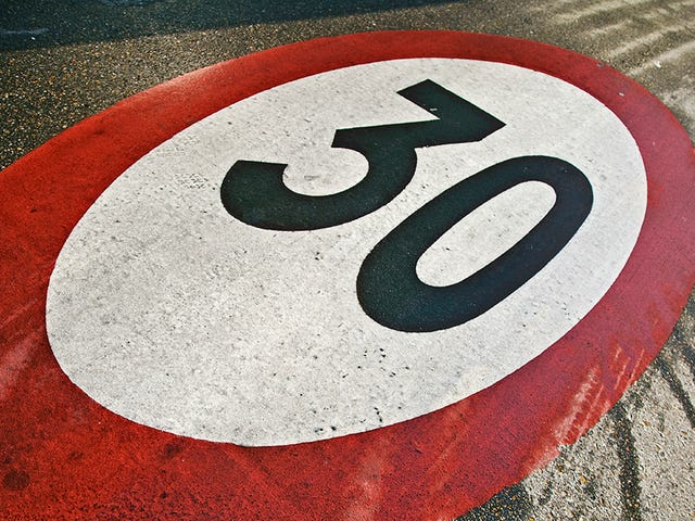 Cómo se determina cuál es la velocidad máxima de una carretera para instalar las señales