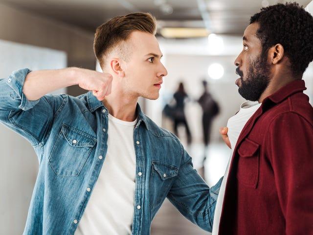 Un étudiant noir se bat dans une attaque raciste présumée, appelle N-Word, des centaines de personnes protestent en son honneur… et il ne veut pas porter plainte