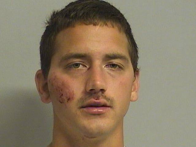 Idiot varastaa Cop-autoa, Streams Chase Facebookissa