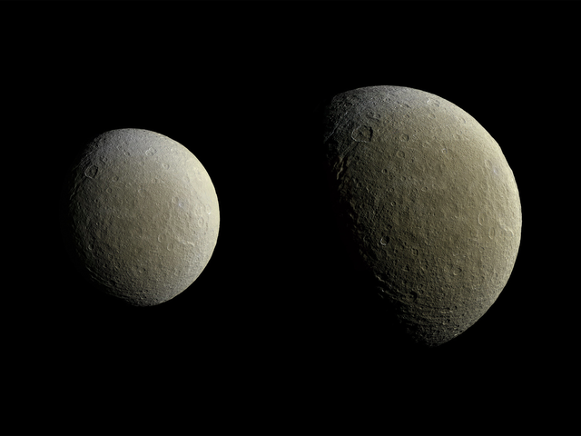 Приголомшливі нові зображення Rhea Herald Більше фотографій крижаних лун Сатурна