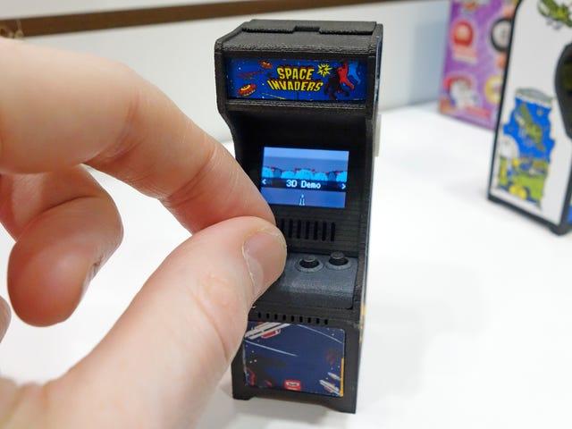 Bermain Permainan Retro di Kabinet Kecil Kecil Ini Masih Masih Lebih Menyenangkan Daripada pada Telefon Pintar
