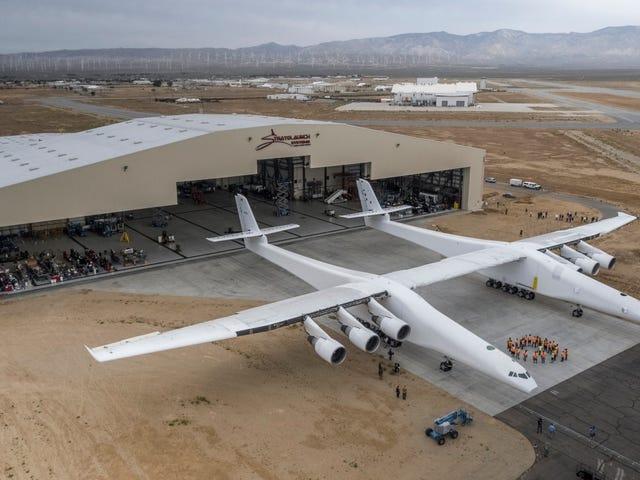 Pesawat Terbesar di Dunia Melepas Untuk Pertama Kalinya