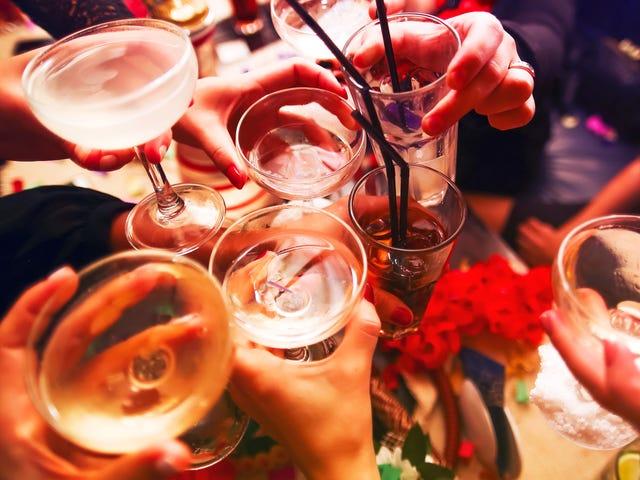 Làm cho bữa tiệc cocktail bằng bình thay vì ly