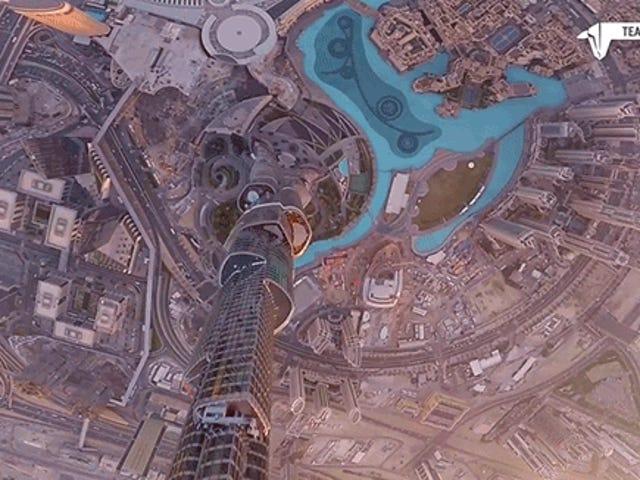 Nakikita ang isang Drone Zoom Down ang Burj Khalifa Nararamdaman Tulad Libreng Bumabagsak