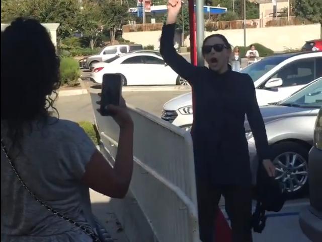 Den rasistiska vita damen går till majonnäs under Pro-Lynching Tirade på CVS
