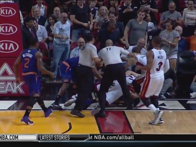 Hassan Whiteside se enfrenta a Alex Len en el suelo en una pelea real de la NBA