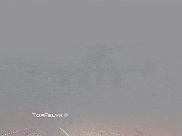 あなたは飛行機がこの信じられないほど厚い霧を通して着陸しようとしているのを見ることさえできません