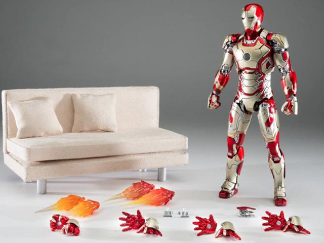 """Slutligen, """"Iron Man on a Couch"""" Action Figur vi har väntat på"""