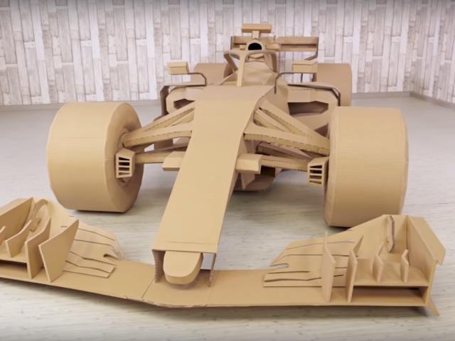 Ver construir un coche de Fórmula 1 hecho de cartón es más divertido que algunas carreras