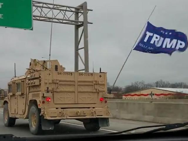 装甲悍马车队飞行特朗普旗帜属于海军海豹突击队