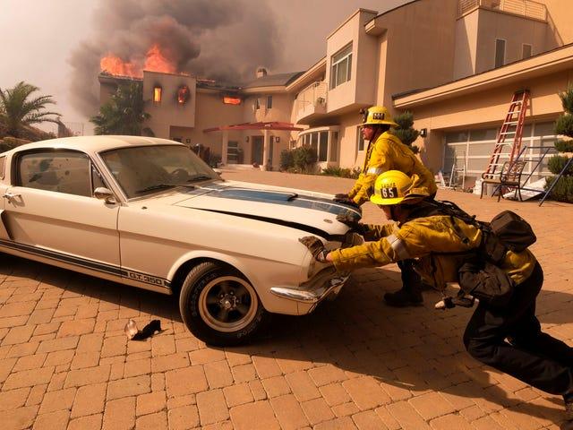 消防士がカリフォルニアの燃え尽きた家からMustang GT350を押し出す