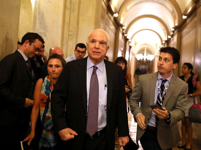 Alors peut-être que John McCain a trouvé du courage entre un coussin Couchion