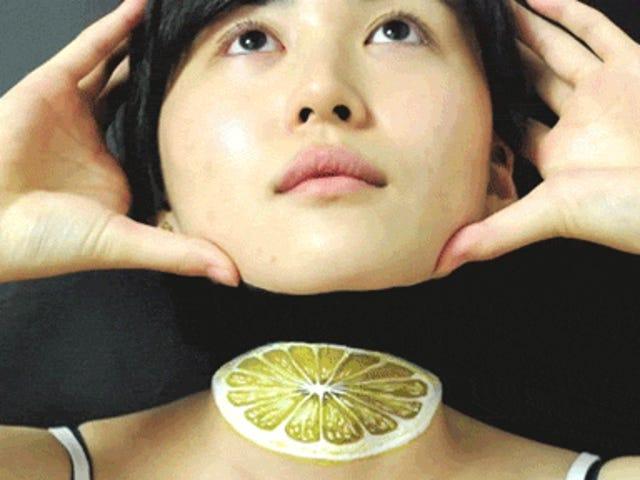Die verblüffende Body Painterin lässt es so aussehen, als würde sie ihren Kopf wieder anbringen