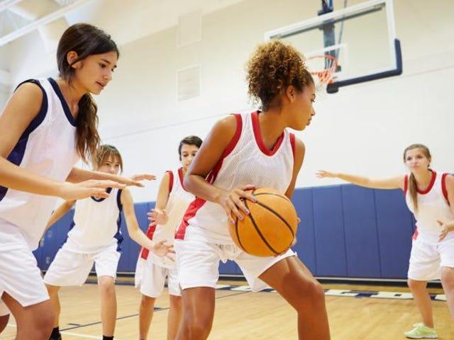 コーチが彼らを「不快」にしたため、ボイコットの試合の後、女子高校のバスケットボールチームをキックオフ