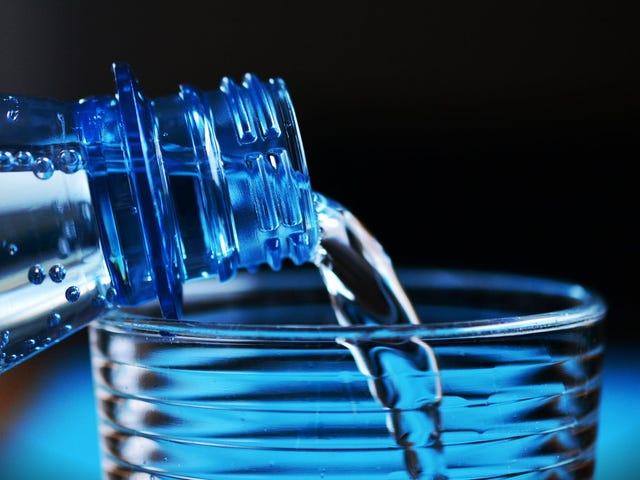 Un estudio destruye el mito de que hay que beber ocho vasos de agua al día: la clave está en la garganta