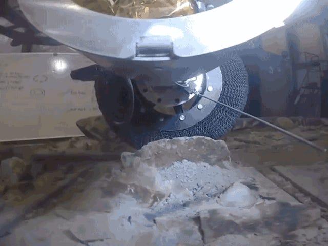 नासा के नए टाइटेनियम वायुहीन टायर लगभग अविनाशी हैं