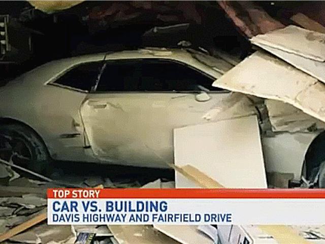 """Guy Busts kautta Florida Building Yritetään """"Travel kautta aika"""" Dodge Challenger"""