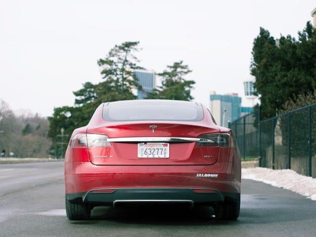Ви можете зараз автономно паркувати та закликати Tesla Модель S