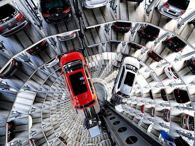 VW's 200-voet toren van auto's moet gezien worden als gelovig