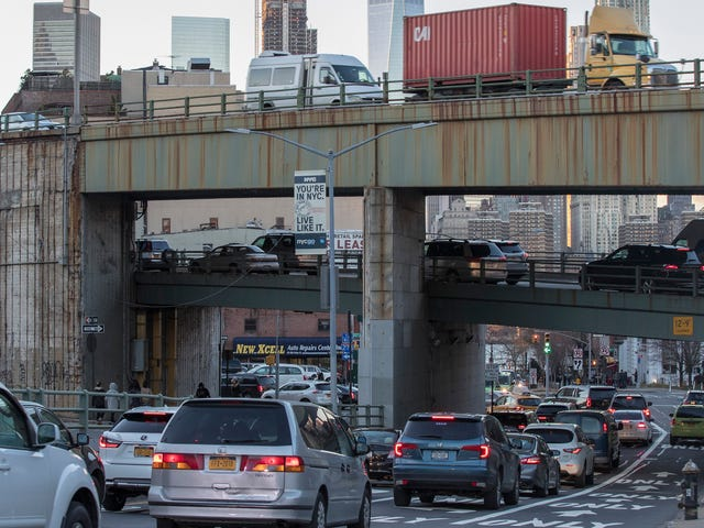 Mies kuoli Queensissa sen jälkeen, kun se oli kiinnitetty 2 pysäköityyn autoon, joista yksi käynnistettiin etänä