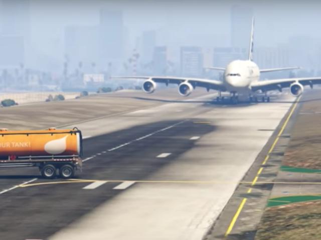 En politiker fra Pakistan roser videoen af en flypilot, der undgår en katastrofe.  Det var en scene fra GTA V