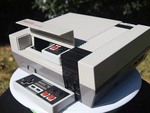 Ai đó đã nhồi một NES gốc bằng một NES nhỏ hơn và Máy chiếu tích hợp riêng của nó