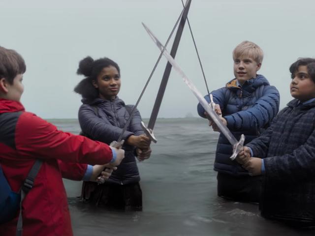 Seorang Raja Tidak Dapat Menyelamatkan Dunia Sendirian dalam Trailer Terbaru untuk <i>A Kid Who Would Be King</i>